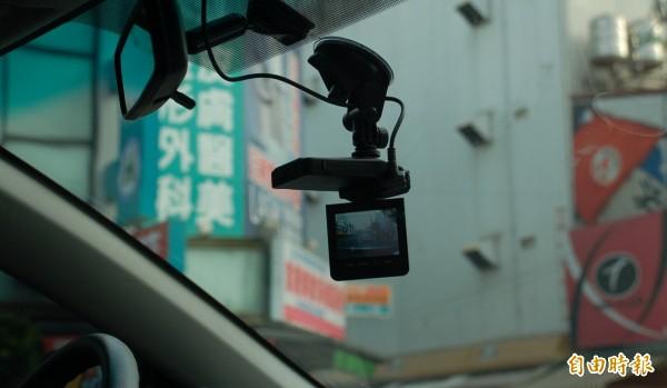 行車記錄器錄下人夫與小三車震呻吟鹹濕對話,小三在法庭辯稱是在「按摩」,法官不信,判賠30萬元(示意圖)。(記者李立法攝)