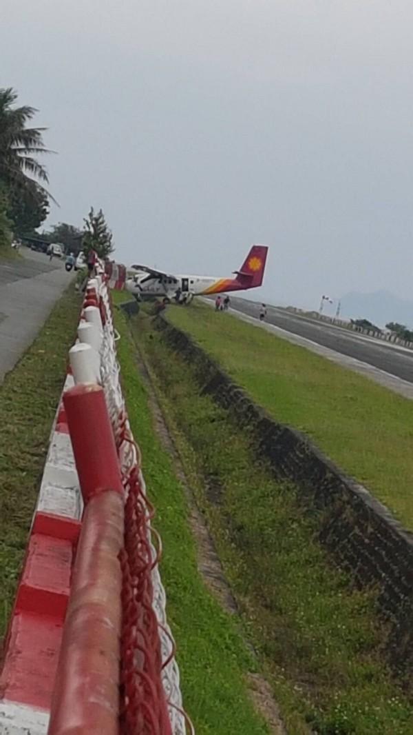 德安航空飛往蘭嶼飛機落地偏離跑道衝撞護欄,幸未傳重大傷亡。(記者陳賢義翻攝)