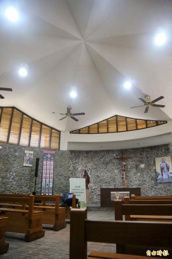 圓錐形的教堂與六角星形屋頂極具特色,是目前台灣唯一一座以鵝卵石堆疊且有「大衛之星」屋頂的教堂。(記者邱芷柔攝)