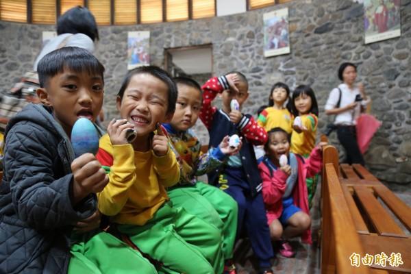 在地學童今天到教堂彩繪彩蛋,慶祝教堂「復活」。(記者邱芷柔攝)