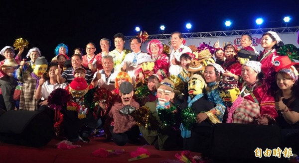新屋天后宮媽祖文化祭,鄭文燦向媽祖提出3個願望。(記者李容萍攝)