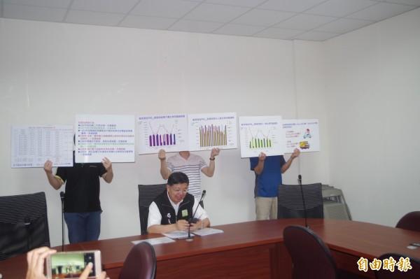 雲縣環保局長林長造(前)宣布同意六輕8張許可證展延申請。(記者林國賢攝)