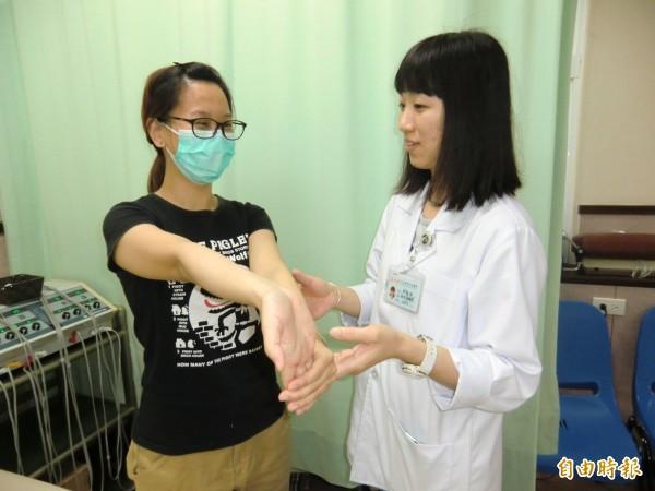 第二式,一手手掌朝上,另一手將其手掌,往下壓且手臂伸直。(記者方志賢攝)
