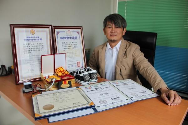 文藻教師謝東利研發動力強,獲國際傑出發明家博士榮譽。(文藻提供)