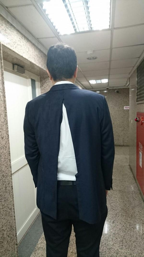 彰化縣政府新聞處長林德宇的西裝被扯成兩半,這套還是他當新郎的西裝。(民眾提供)