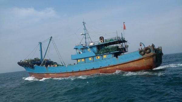 「閩獅漁07605號」越界作業及拒檢,遭台灣重340多萬元。(記者歐素美翻攝)