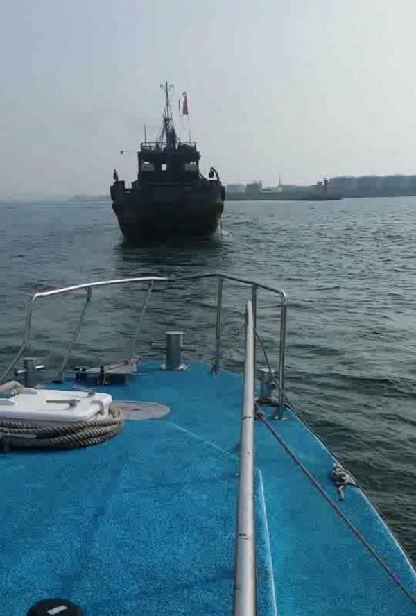 「閩獅漁07605號」遭台中海巡隊艦艇驅離出境。(記者歐素美翻攝)