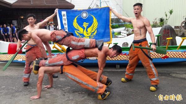 竹市消防猛男除脫掉上衣、秀出肌肉,還展現人肉疊疊樂,誓言今年端午龍舟賽將奪回冠軍。(記者洪美秀攝)