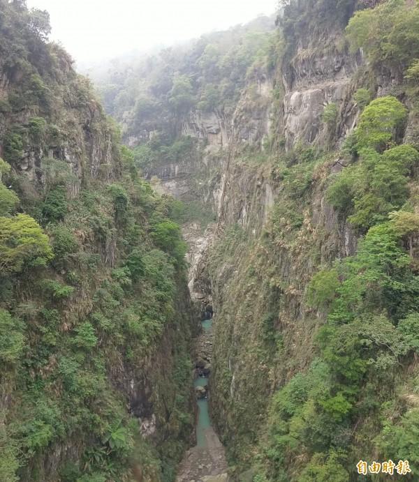 信義鄉秘境水濂洞瀑布,峽谷離地落差達150公尺,豐水期時水瀑飛澗而下,相當壯觀。(記者劉濱銓攝)