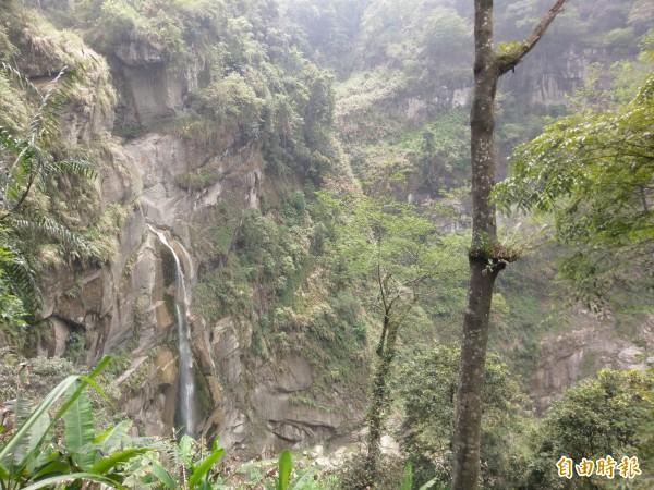 信義鄉秘境水濂洞瀑布風景秀麗,豐水期時還能出現3道壯觀瀑布群。(記者劉濱銓攝)