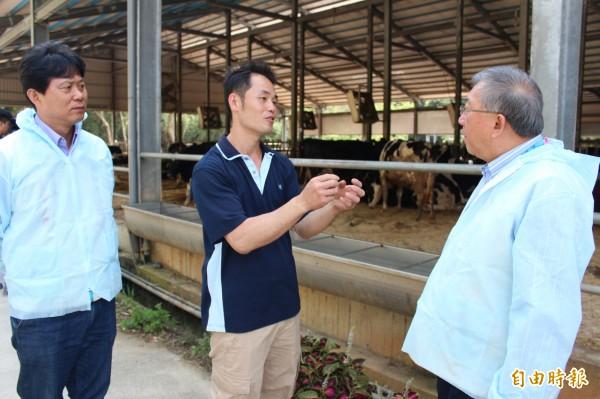新竹縣酪農戶代表魏春富(中)向縣長邱鏡淳(右)反映,希望政府能開放他們引進外勞,協助農場勞動。(記者黃美珠攝)