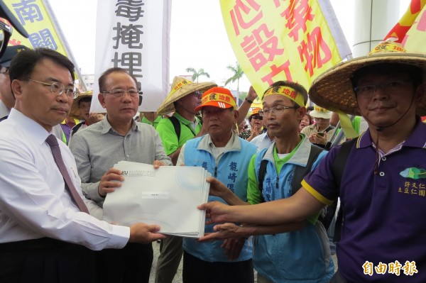 龍崎鄉親及民間團體反對設置龍崎掩埋場,步行到台南市議會及市政府遞交陳情書。(記者蔡文居攝)