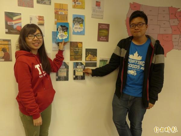 淡江大學覺生紀念圖書館規劃「美國文學閱讀地圖」主題展,用「一州一書」的概念引領讀者在文學小說中旅行。(記者李雅雯攝)