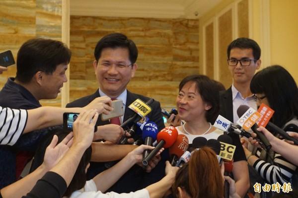 台中市長林佳龍與夫人廖婉如出席洪慈庸與卓冠廷婚宴,強調兩個月前才接獲通知。(記者歐素美攝)