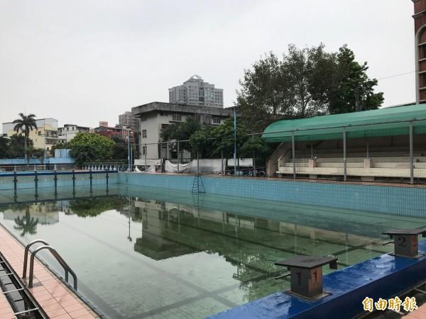 中和自強游泳池,因設備老舊、環境髒亂,每月來客數僅約三百人,去年七月便宣告歇業。(記者張安蕎攝)