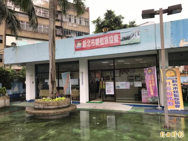 自強游泳池販賣部已改為社區團體活動空間。(記者張安蕎攝)