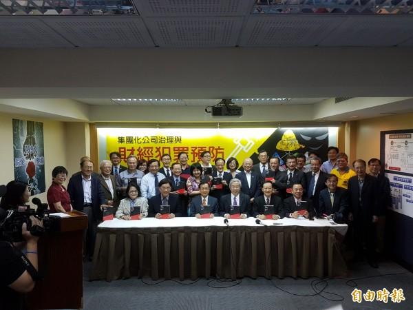 前台大教授陳志龍發表新書,吸引法界、學界不少重量級人物到場。(記者黃欣柏攝)