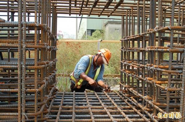 高市職災製造業居冠,但致死率竟是營造業,勞檢處教勞資如何預防工安職災。(記者黃良傑攝)