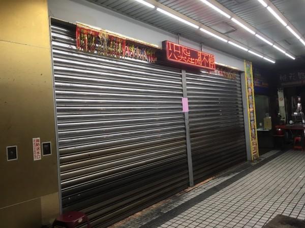 基隆市最大間柏青哥萬寶路電子遊藝場被警方查獲有賭博行為,鐵門拉下見客。(記者林嘉東攝)