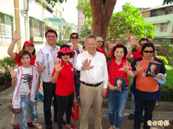 國民黨主席候選人詹啟賢(前排右三)與助選團隊到南市東區崇誨國宅市場拜票尋求支持。(記者王俊忠攝)