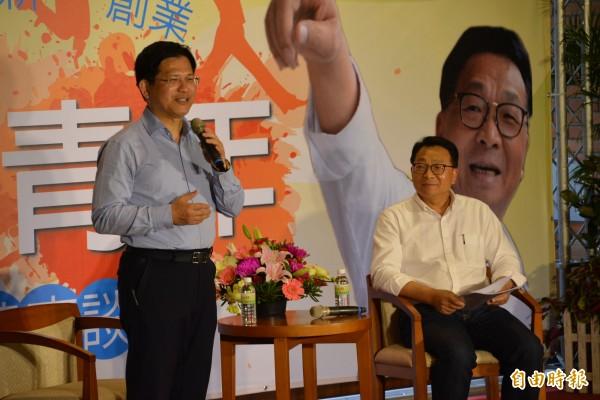 座談會邀請台中市長林佳龍(左)與年青人分享經驗。(記者游明金攝)