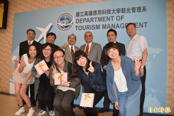 高應大觀光系赴日實習生獲肯定,日溫泉飯店業者松本會長(後排左3)親自來台簽訂續約。(記者蘇福男攝)