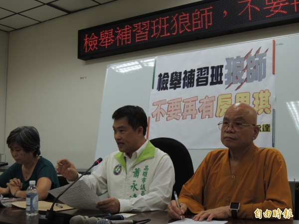 高市議員蕭永達上午公開狼師姓名,並賭上自己政治前途。(記者王榮祥攝)