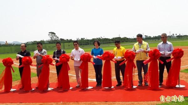 台東縣長黃健庭(左四)等人為豐田棒壘球場剪場啟用。(記者黃明堂攝)