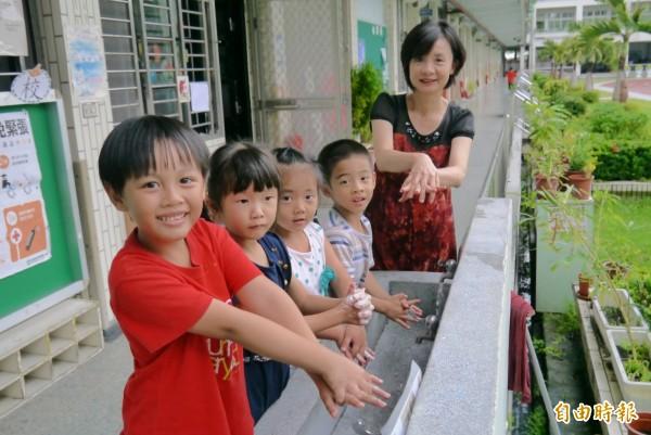 師生勤洗手,是預防腸病毒疫情大流行的方法之一。(記者王峻祺攝)