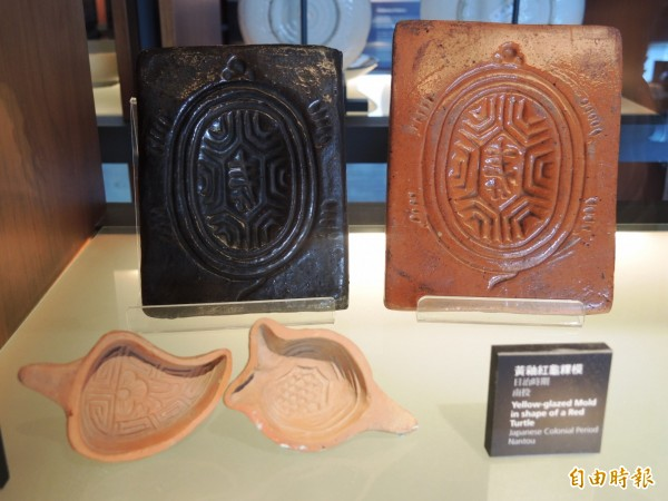 鶯歌陶瓷博物館近日也搭上「通靈少女」的熱潮,展示日治時期的「紅龜粿」模具。(記者張安蕎攝)