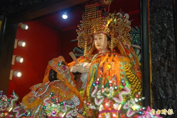 濟德宮主祀的媽祖高一.五公尺,神像手腳關節能伸展活動,是全台少見的粉面軟身媽祖。(記者張安蕎攝)