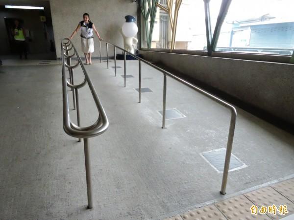 無障礙斜坡道手扶梯搖晃。(記者賴筱桐攝)