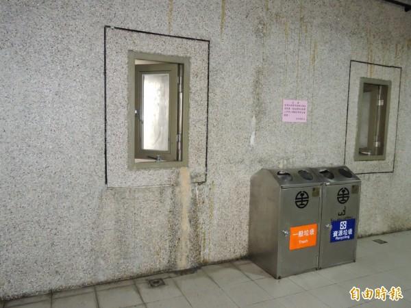 牆壁有發霉漏水情形。(記者賴筱桐攝)