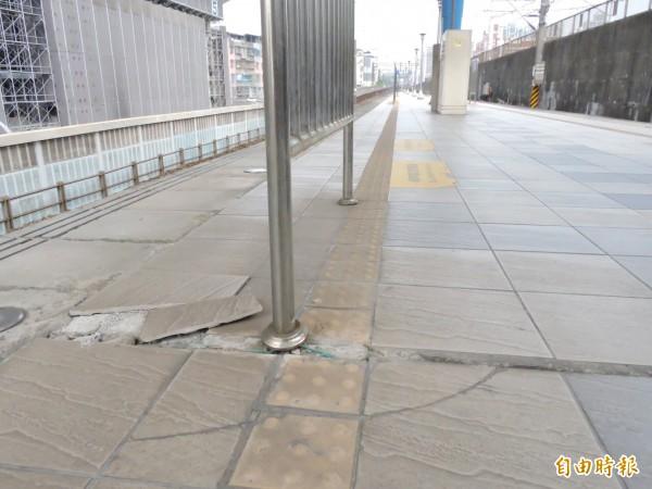 月台地磚嚴重破損,恐害民眾跌倒受傷。(記者賴筱桐攝)