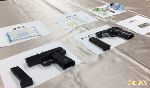警方在張嫌的車內起出改造金牛座手槍、空氣槍、子彈6顆,及海洛因、安非他命毒品數小包。(記者陳恩惠攝)