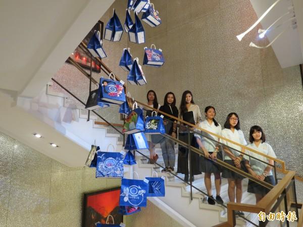 93位美術科系的學生,把購物袋回收進行彩繪,讓購物袋增添色彩,即日起在中友百貨展出。(記者蘇金鳳攝)