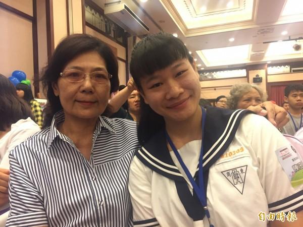 陳玉文(右)在老師張馨文陪同下獲奬。(記者張存薇攝)