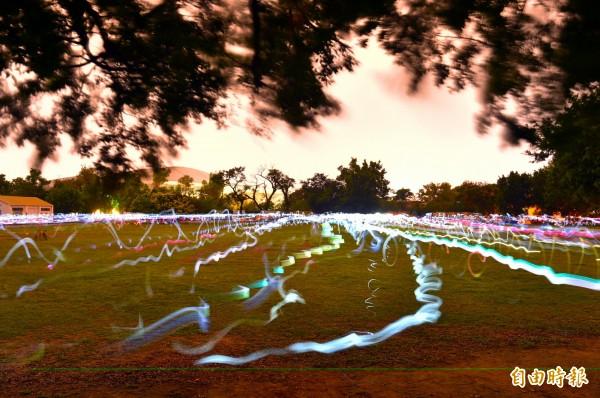 300人以手機編織聲光藝術風景。(記者張忠義攝)