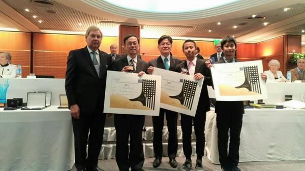 巴黎雷平發明展在法國時間6日頒獎,桃園市會稽國中學生張鈞翔(右二)和郭宇新(右一)年僅14歲,首次參展就拿獎,獲大會特別表揚。 (會稽國中提供)