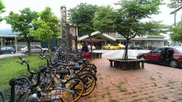 「OBIKE」自行車租賃服務進駐花蓮,到處皆可發現共享單車的蹤跡,但單車大量置於人行道的停車亂象,也讓當地居民「忍無可忍」。(民眾李美玲提供)