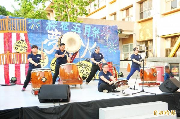 靜宜大學日文系「櫻花五月祭-夢花火」系列活動,在太鼓表演中揭開序幕。(記者歐素美攝)