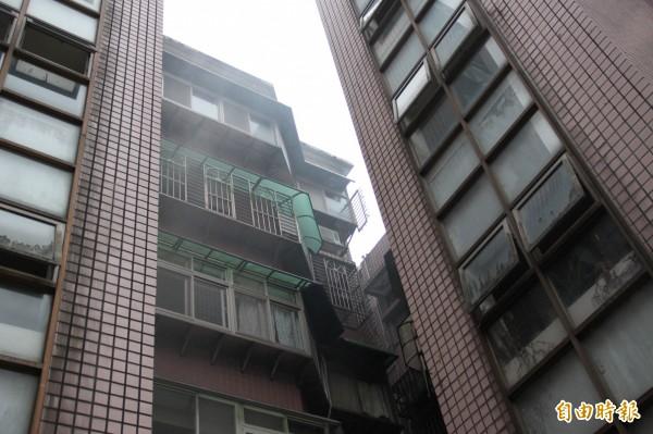 5樓除濕機起火冒出濃煙,整棟樓的住戶都下樓避難。(記者吳昇儒攝)