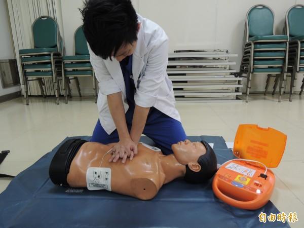 民眾失去心跳,即時施行CPR和AED可提高救命機會。(記者蔡淑媛攝)