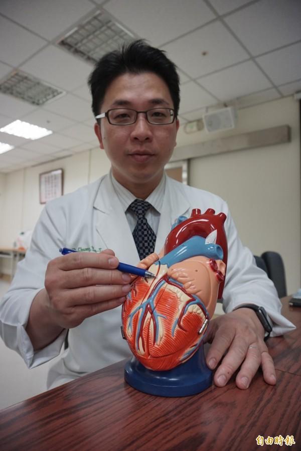 醫師莊曜聰指這名泰國醫生冠狀動脈左前降支裝支架處再狹窄猝死,幸經AED和CPR救回性命。(記者蔡淑媛攝)