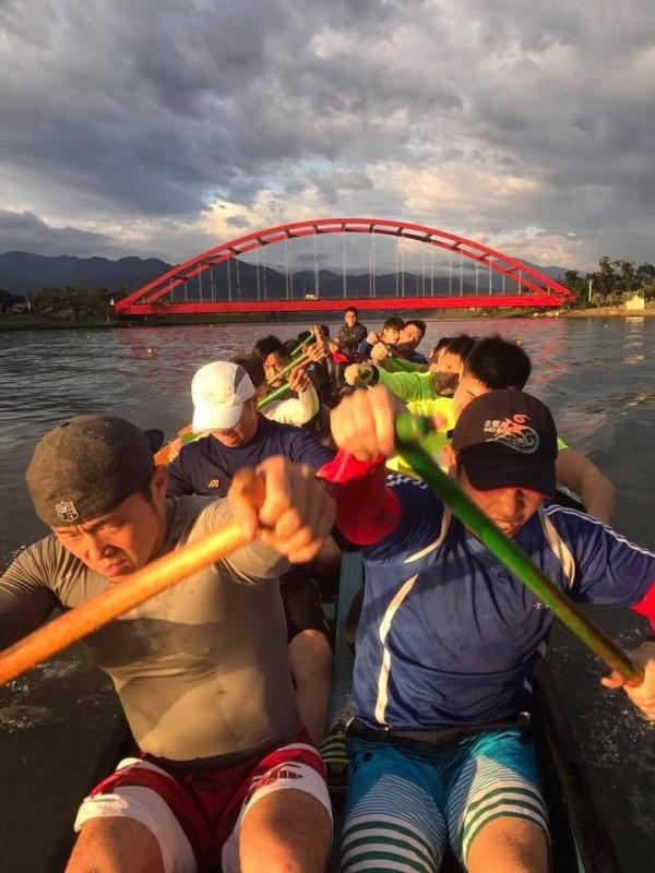 冬山鄉公所龍舟隊員,每天清晨5點就到冬山河操練。(圖由冬山鄉公所提供)