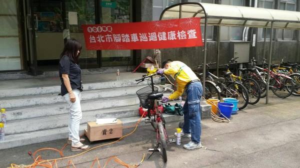 台北市環保局今年預定在社區、大學校園辦理75場次自行車免費檢修活動。(北市環保局提供)