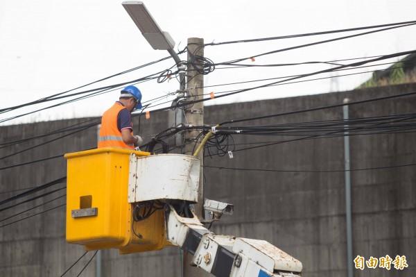 基隆市前2年已清理出2萬6040公斤的纜線,預計今年再清整至少1萬5000公斤。(記者林欣漢攝)