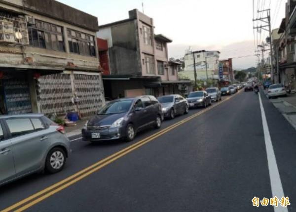 週末假日,國道3號關西交流道往來台3線一帶車流量大,南下、北上都塞車,造成市區宛如大型停車場,鎮民和旅客都十分困擾。(記者廖雪茹攝)