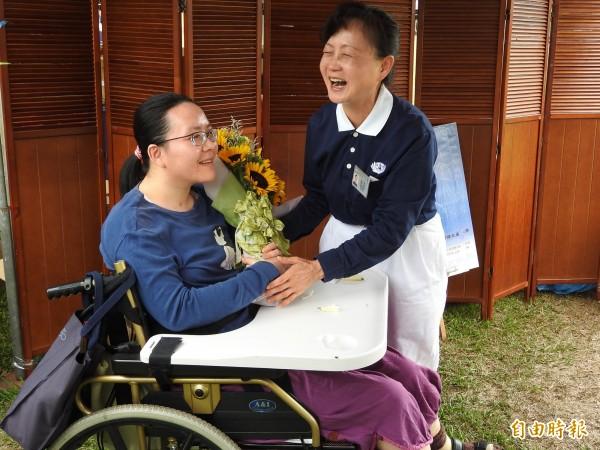 今天母親節,劉怡伶獻花感謝媽媽的辛勞,也讓張一賓笑開懷。(記者佟振國攝)