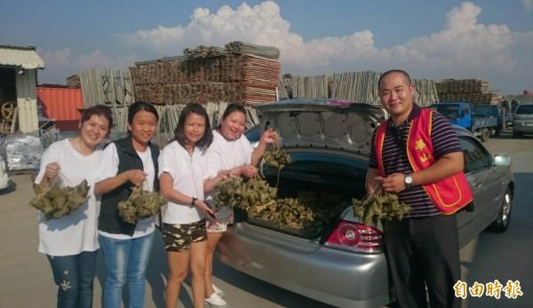 1700顆愛心粽包好後立即打包送上車,分送華山基金會等單位的弱勢家庭。(記者湯世名攝)